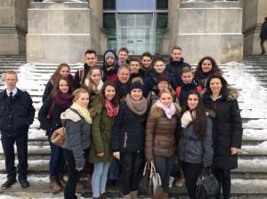 Mit der Besuchergruppe der Otto-Hahn-Schule