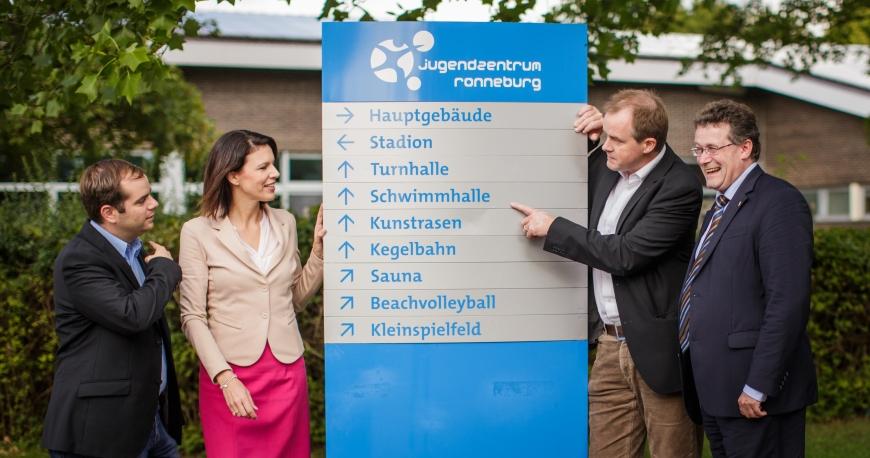 Mit meinem Kreistagsfraktionskollegen Markus Jung (l.), dem CDU-Kreisvorsitzenden Johannes Heger (2.v.r.) und dem CDU-Landtagsabgeordneten Michael Reul (r.) am Jugendzetrum Ronneburg.