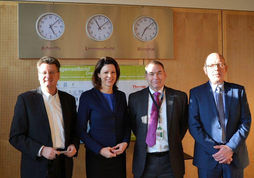 Bürgermeister Jörg Muth, Dr. Katja Leikert MdB, Geschäftsführer Kevin Quinn und Produktionsleiter Reinhold Wieth, von links.