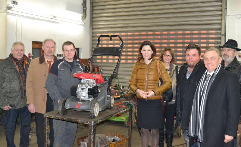 Dr. Katja Leikert bei ihrem Besuch im Betrieb von Klaus Arndt (3. von links)