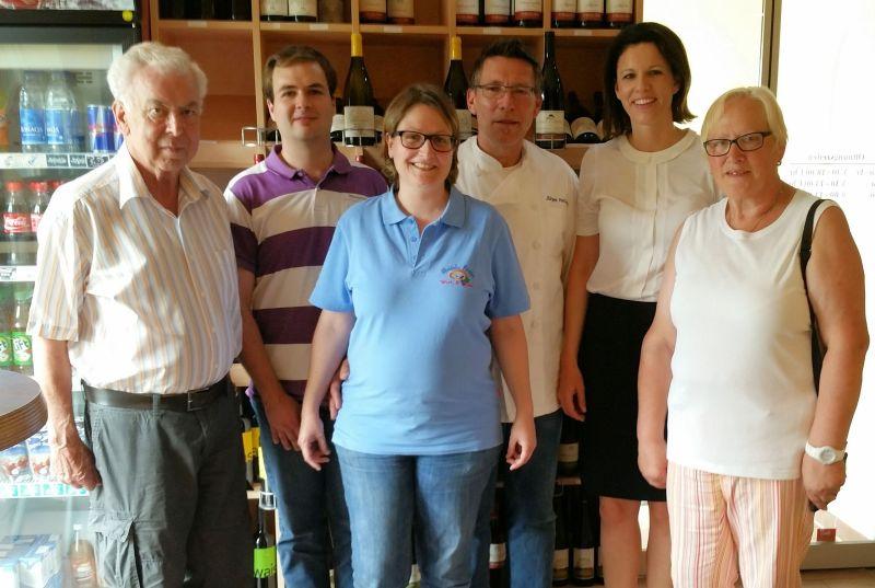 Dr. Katja Leikert (2.v.r) mit Jürgen Hellmuth (3.v.r.) bei ihrem Besuch in Hasselroth-Niedermittlau.