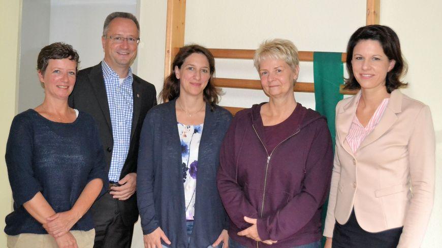 Dr. Katja Leikert, rechts, und Heiko Kasseckert, 2. v. links, bei ihrem Besuch in der Praxis für Physiotherapie Hüttl und Lind in Maintal-Bischofsheim.