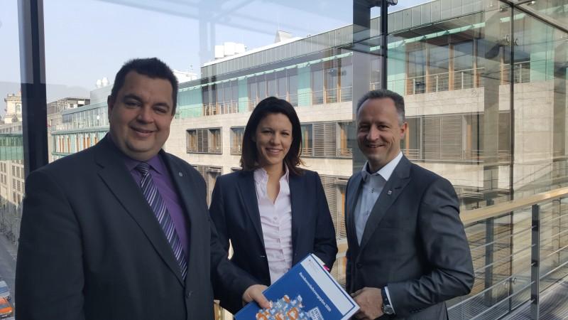 (v.l.n.r.): Thomas Viesehon, Dr. Katja Leikert und Heiko Kasseckert