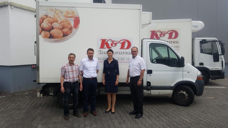 Dr. Katja Leikert MdB (2. v.r.) bei ihrem Unternehmensbesuch in Maintal mit Erhard Rohrbach (1.v.r.) und den beiden Geschäftsführern von K&D Backwaren.
