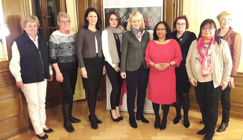 Karin Maag (Bildmitte) zusammen mit Dr. Katja Leikert (3.v.l.) und Srita Heide (4.v.r.) sowie weiteren Vorstandsmitgliedern der FU-Main-Kinzig.